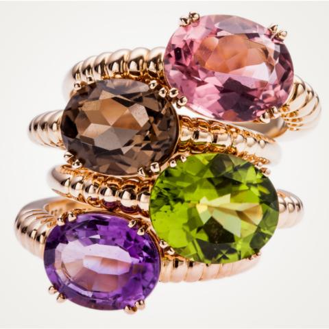 4 Ringe mit bunten facettierten Edelsteinen