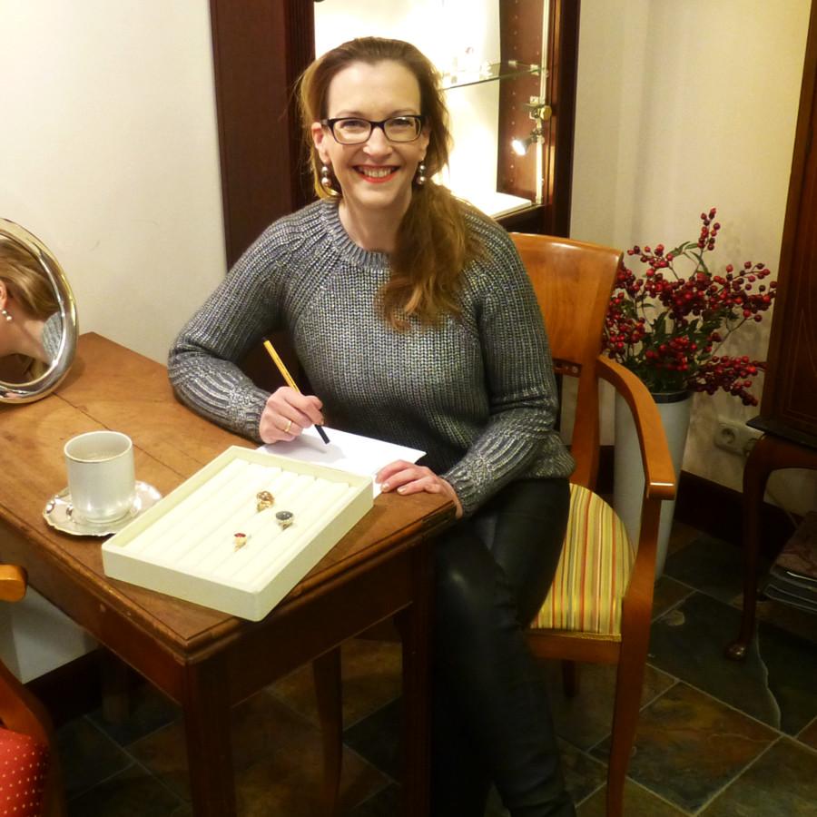 Frau Bergmann am Besprechungsplatz beim Anfertigen einer Skizze