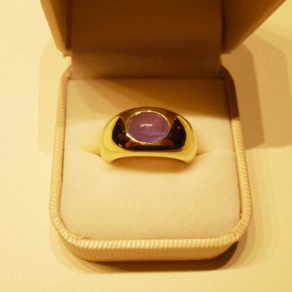 fertiger Ring aus Gelbgold mit einem violetten Sternsafir