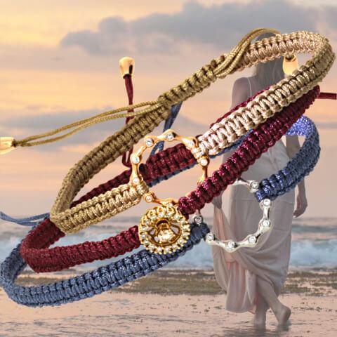sommerliche Armbänder aus geflochtenem Makramee mit Mittelteilen aus Gold und Brillanten