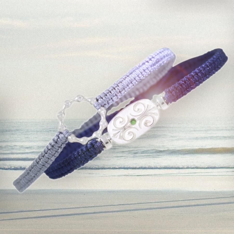 Armband aus blauem Makramee mit verschnörkeltem silbernen Mittelteil