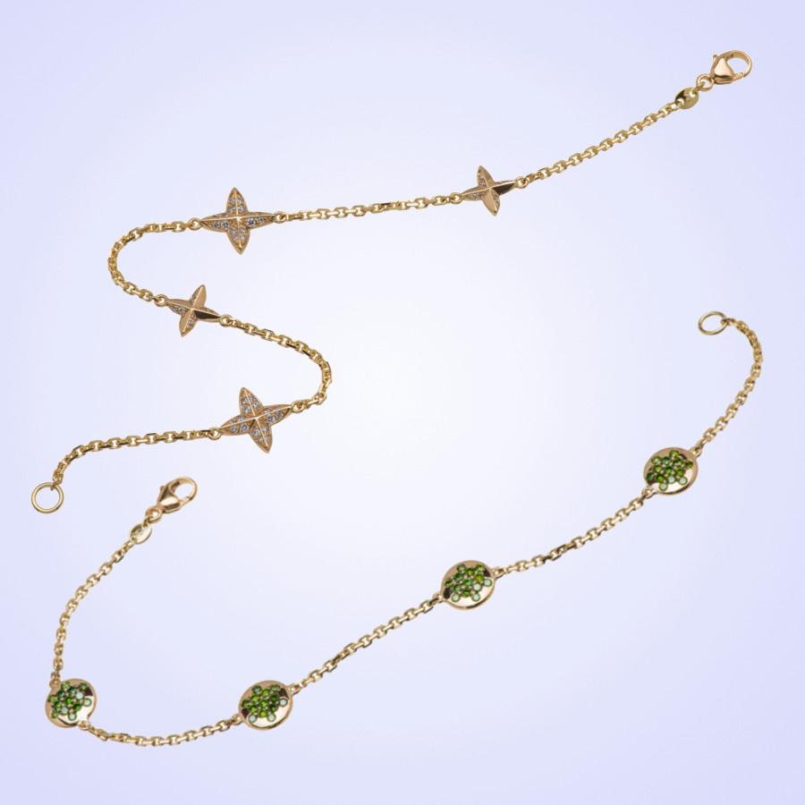 zwei zarte Armbänder mit runden Plättchen und Sternanhängern in Gelbgold mit Brillanten und grünen Tsavorithen