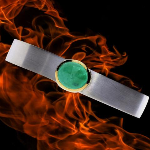 Armreifen aus Silber mit einem großen Smaragd im Cabochon-Schliff