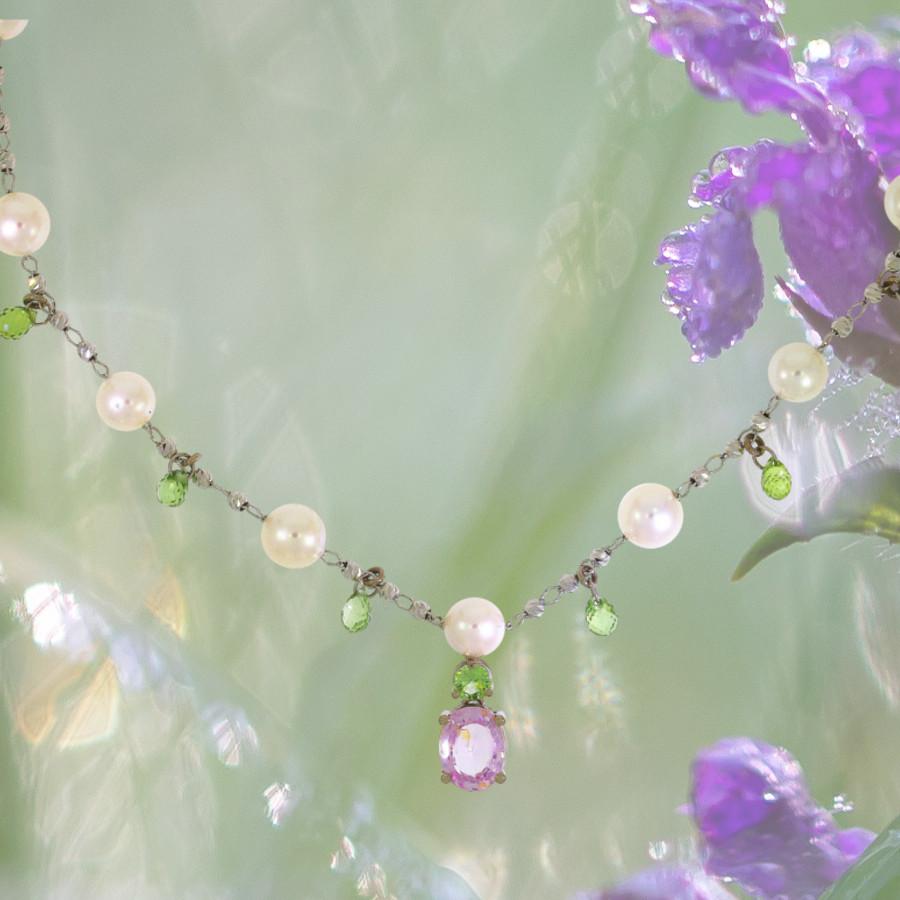 Halskette mit grünen Saphiren im Briolette-Schliff, einem großen rosa Saphir und Perlen eingerichtet in Weissgold