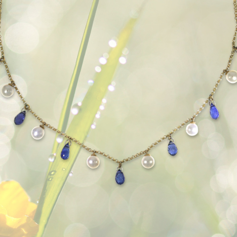 Halskette mit Perlen und kleinen geschliffenen Tropfen aus blauem Saphir