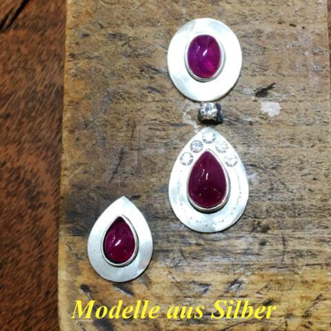 silberne Modelle für Ohrringe mit Rubin Cabochon und Brillanten