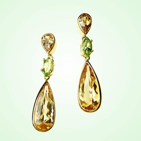 zarte Ohrringe mit goldfarbenen Edeltopasen und frischen grünen Tsavorithen eingerichtet in 750 Gold