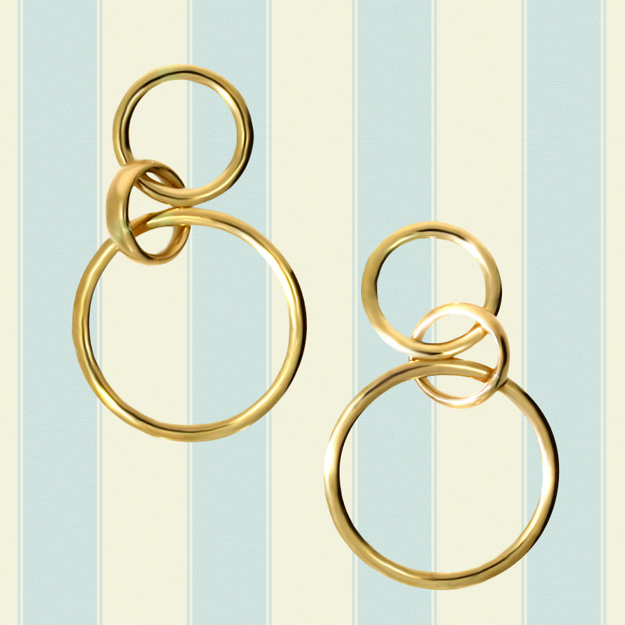 zarte Ohrringe aus goldenen Kreisen