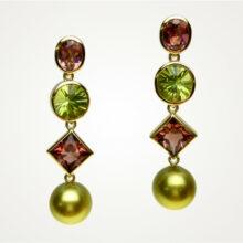 Ohrringe mit Turmalinen und grünen Perlen
