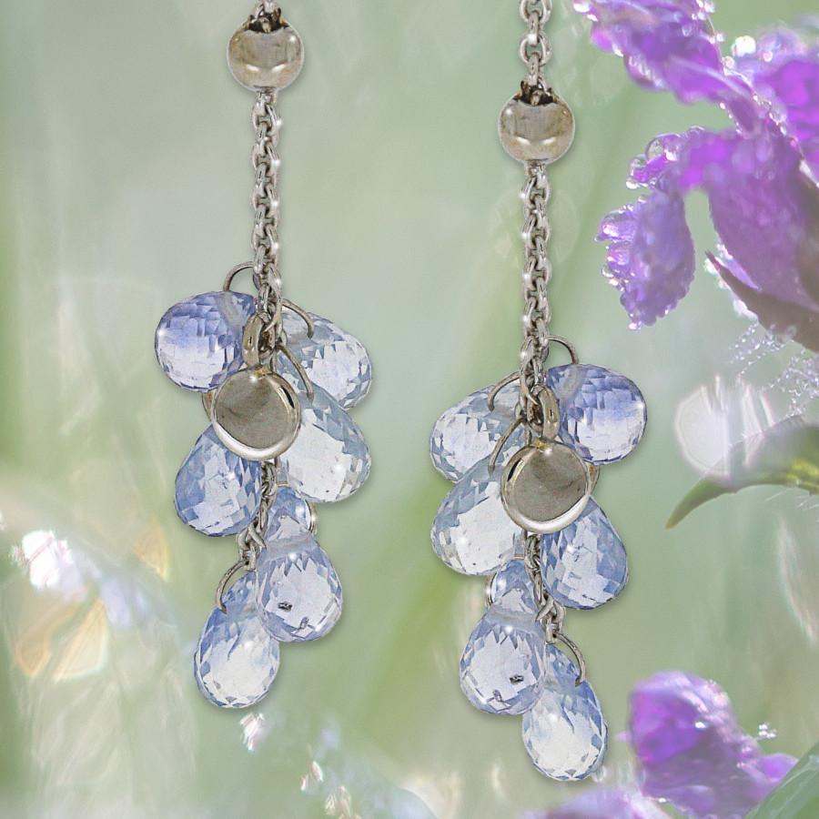 lange Ohrringe mit hellblauen Saphiren im Briolette-Schliff mit Plättchen in Weissgold