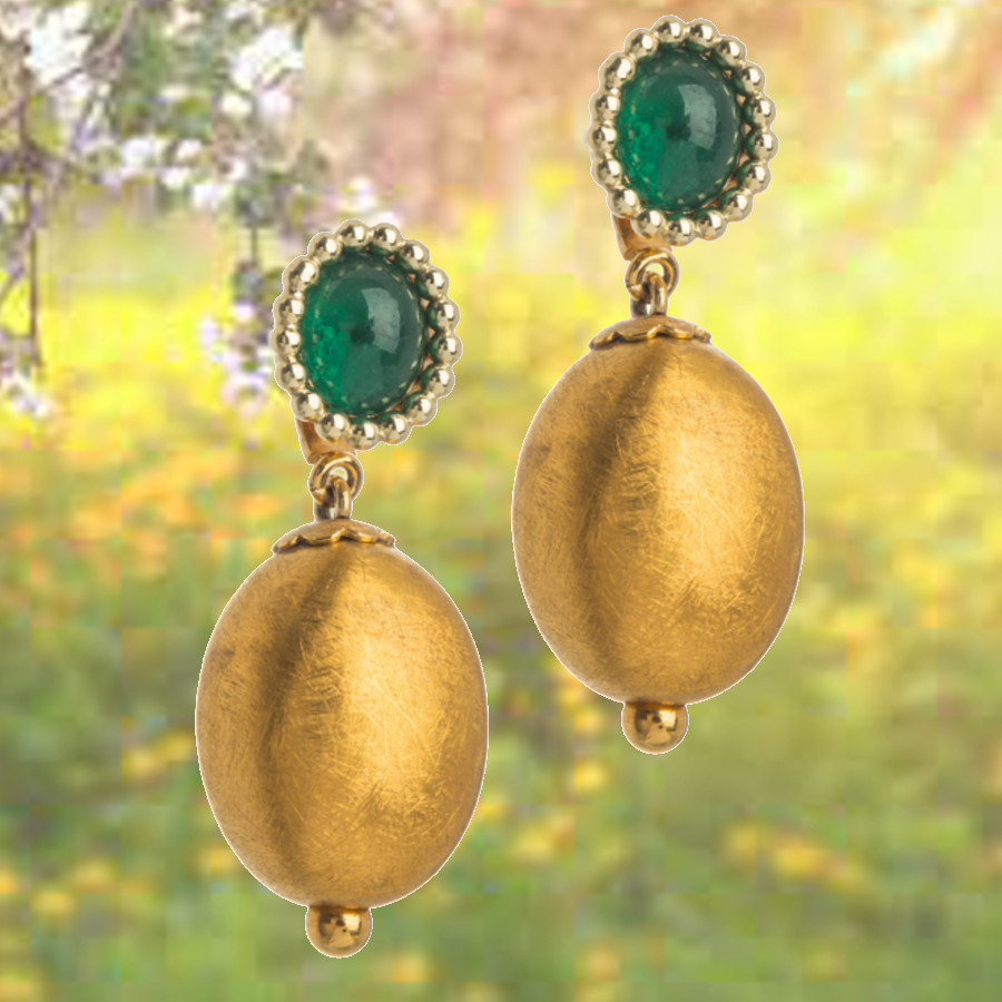 Ohrstecker mit Smaragd Cabochon gefasst im Perlrand mit auswechselbaren goldenen Unterhängern