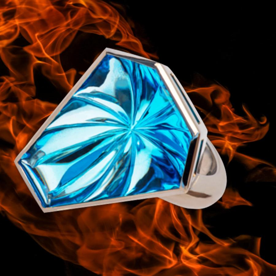 Ring mit einem gravierten Blautopas gefasst in Weissgold