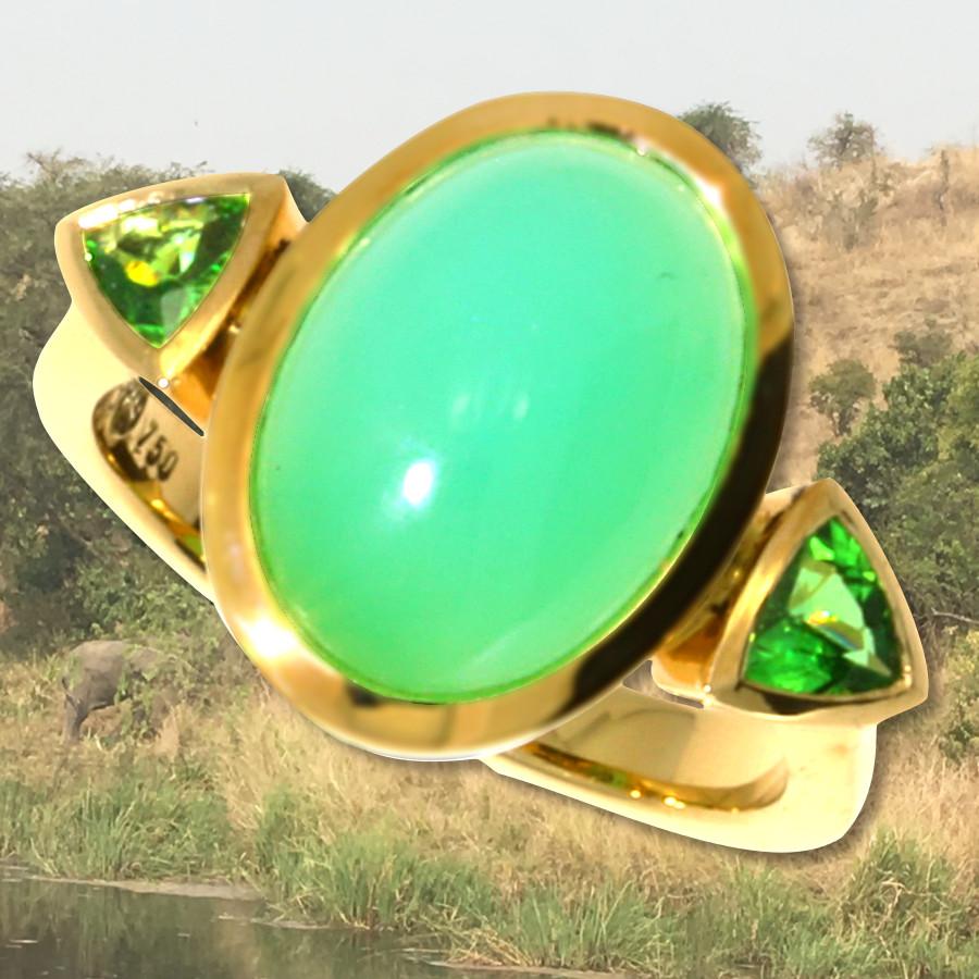 Ring mit Chrysopras und 2 facettierten Tsavoriten in 750/- Gelbgold