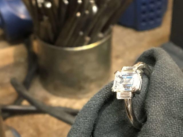 Platin Ring mit Diamant Emerald Baguette von Goldschmiede Bergmann in Hamburg