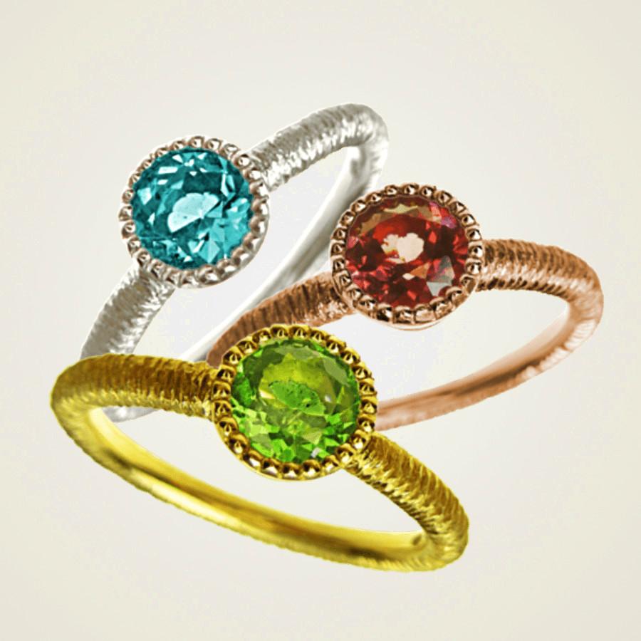 Ring in Gelbgold oder Weissgold mit filigraner Ringschiene und verspielter Perlfassung mit facettiertem roten (Rhodolith) grünen (Tsavorith) oder blauen (Blautoopas) Edelstein