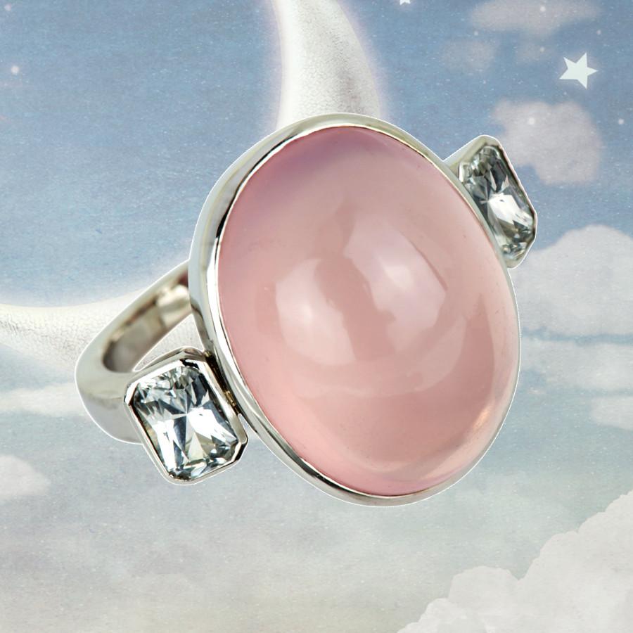 Ring mit einem Rosenquarz-Cabochon und 2 weißen Safiren