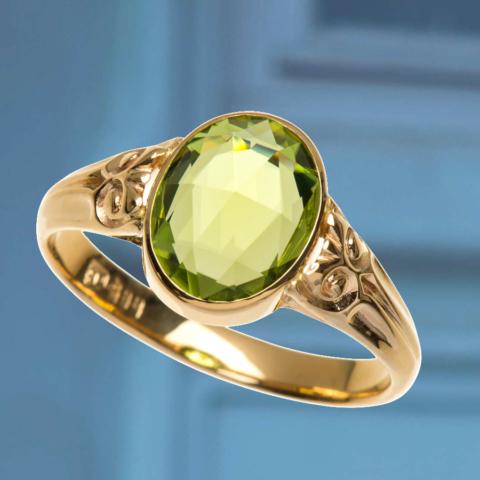 Ring mit SChnörkel-Verzierung und 1 grünen facettierten Peridot