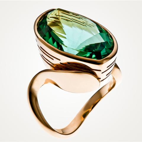 Ring mit einem asymmetrisch geschliffenen intensiv grünen Turalin