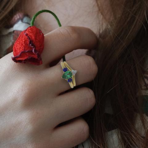 V-Ring als Zusteckring für einen Dreifachring mit Smaragd-Tropfen und runden Saphiren in Gelbgold