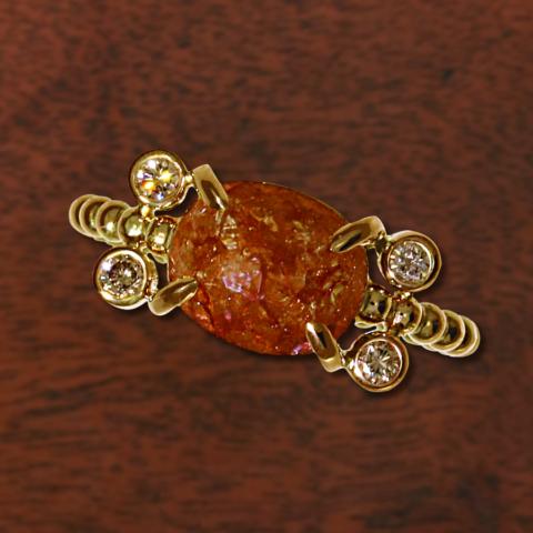 Kugelring mit einem braunen Diamanten im Rosenschliff und 4 kleinen braunen Brillanten in Rosegold