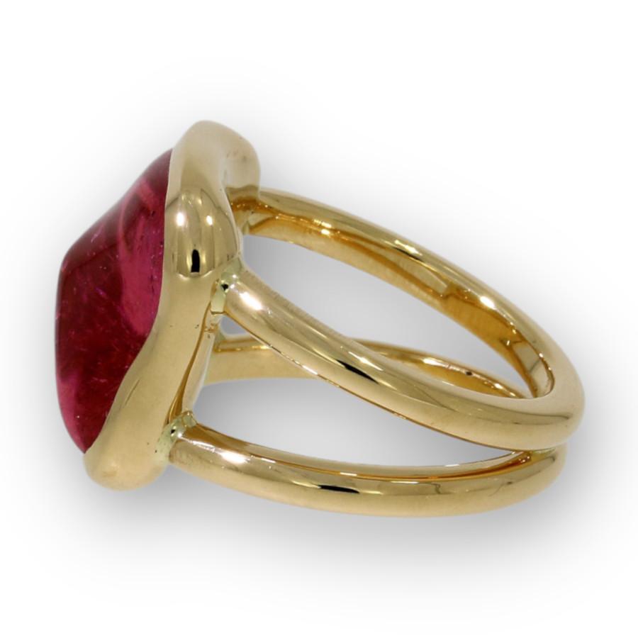 Ring mit einem organisch geformten rosa Turmalin gefasst in 750 Gelbgold