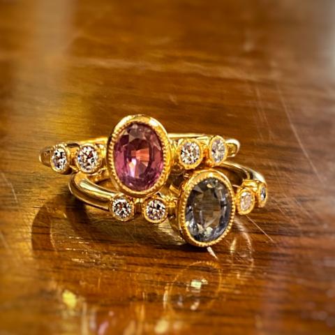 Ringe im vintage-stil mit rosa oder hellblau Saphir und Brillanten gefasst in Rotgold