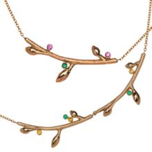 goldene Halsketten mit floralen Anhängern