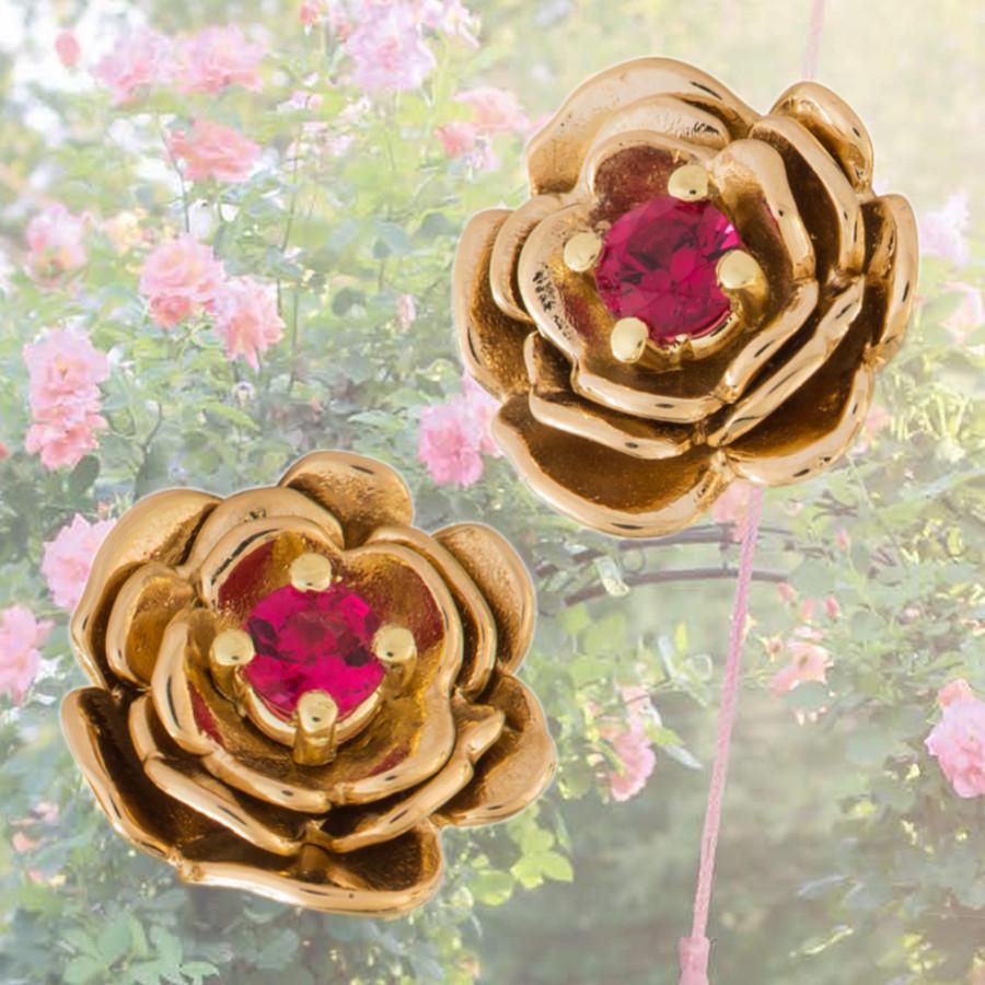 goldene Ohrstecker in Rosen-Blüten-Form mit roten Spinellen