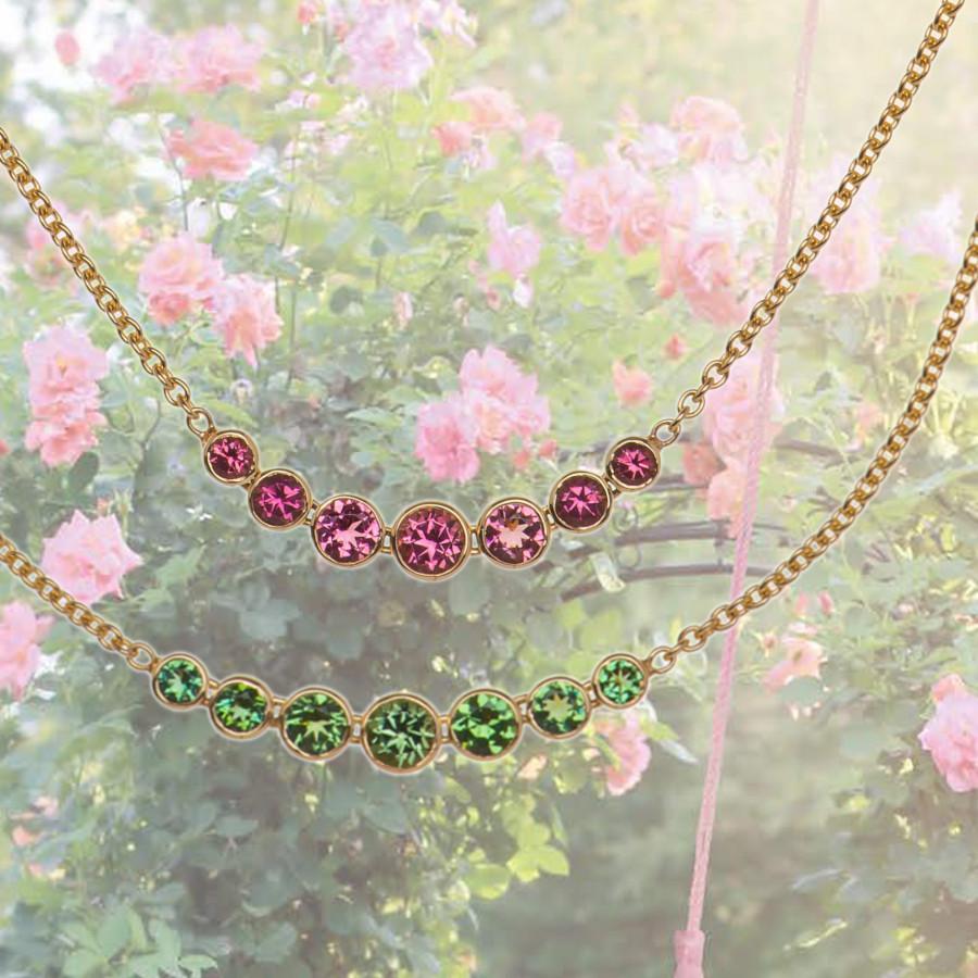 goldene Ketten mit bunten Edelsteinen, rosa und grünen Turmaline