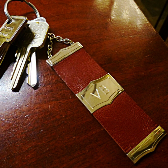 Schlüsselanhänger aus Leder mit gravierten silbernen Beschlägen