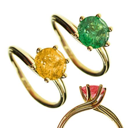 Ring mit geschwungener Schiene und Smaragd in 750 Rosegold