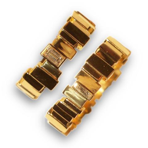 besondere Trauringe aus kleinen eckigen Goldstückchen mit einem Diamanten