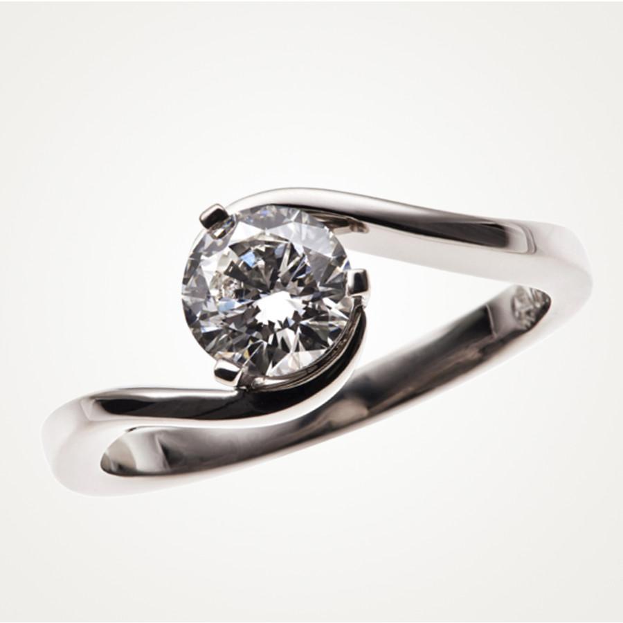 Verlobungsring mit verschnörkelter Ringschiene und 1 Brillant in 3- Krappen-Fassung, Weissgold