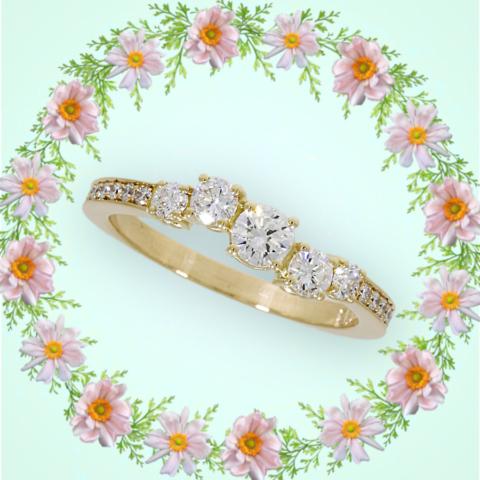 verspielter Verlobungsring mit asymmetrisch angeordneten Brillanten in Gelbgold